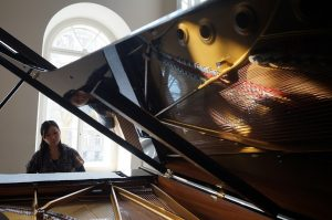 Chiaki Kreslavskiy am Klavier