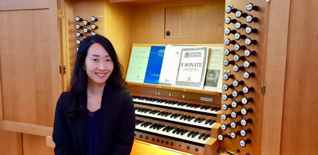 Ka Young Lee vor der Orgel
