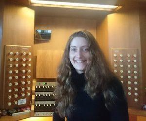 Eva Kirchner vor der Orgel