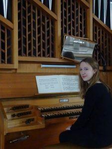 Jana Frangart an der Orgel