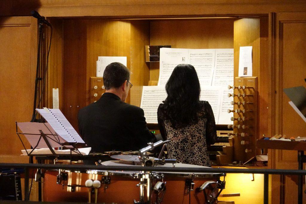 Ka Young Lee und Uwe Maibaum auf der Orgelbank